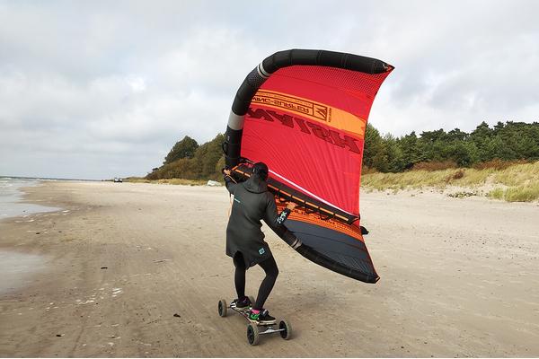 Wing surfer ir kalnų riedlente Plangoje
